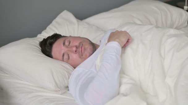 Insomniac středověký muž neschopen spát v posteli