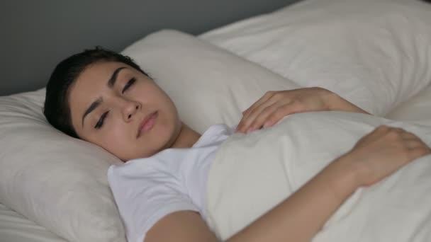 Mírumilovná mladá indická žena spí v posteli