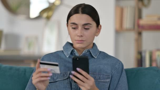Porträt des Online-Shoppings auf dem Smartphone von Latin Woman