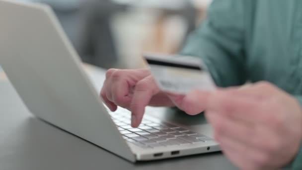 Közelkép Hands of Man csinál Online vásárlás a laptopon