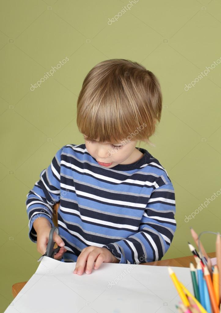 Nios manualidades actividad nio aprender a cortar con tijera