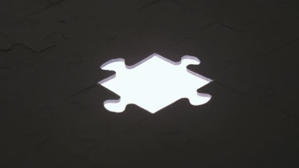 Poslední kousek skládačky silueta světlem