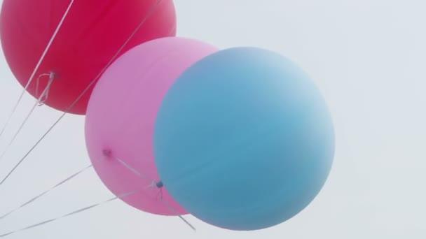 Barevné velké balóny létání ve vzduchu s jasné oblohy closeup