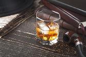 Fotografie Whisky mit Pfeife, Hut und Zeitung auf dem Holztisch