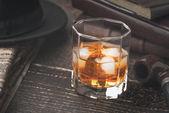 Fotografie Whisky mit Eis und verschiedenen Accessoires, horizontalen