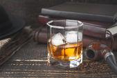 Fotografie Whisky mit Pfeife, Hut und Zeitung