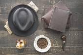 Fotografie Whiskey, Pfeife, Hut und Zeitung auf der hölzernen Tischplatte