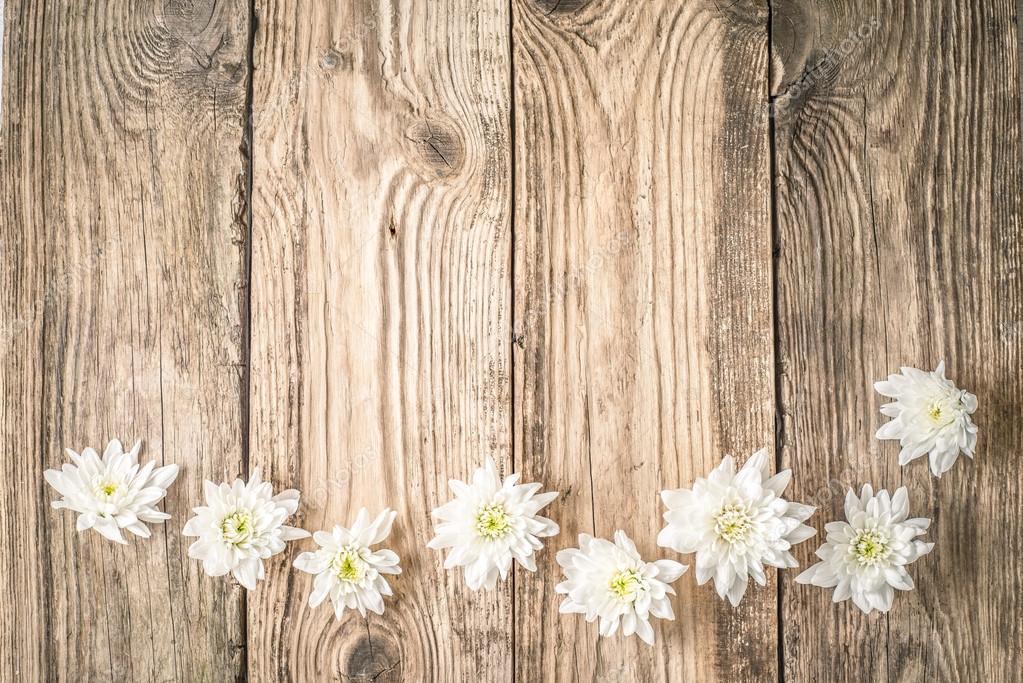 Fondo De Madera Vintage Con Flores Blancas Manzana Y: Flores Blancas En La Vista Superior De Fondo Madera