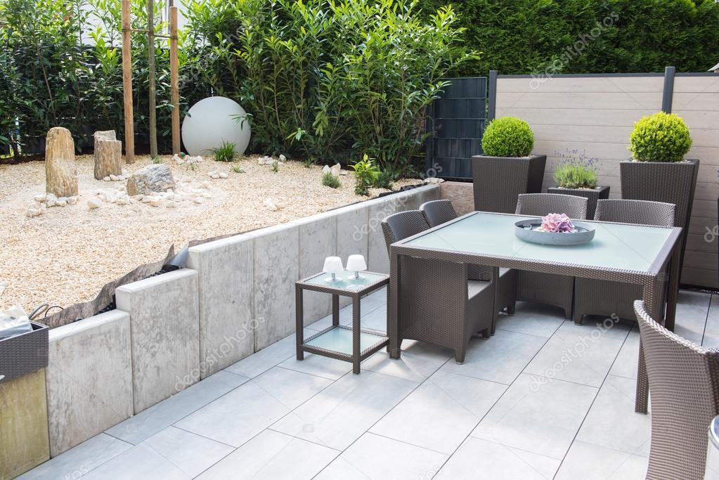 nouveau jardin de Pierre aménagé avec terrasse et Table et chaises ...