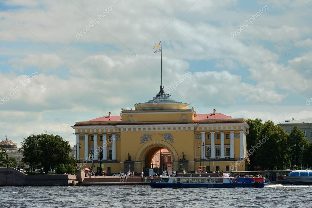サンクトペテルブルク、ロシア、ネヴァ川の堤防の夏への海軍本部の建物 \u2014 [著者]の写真 neprogen