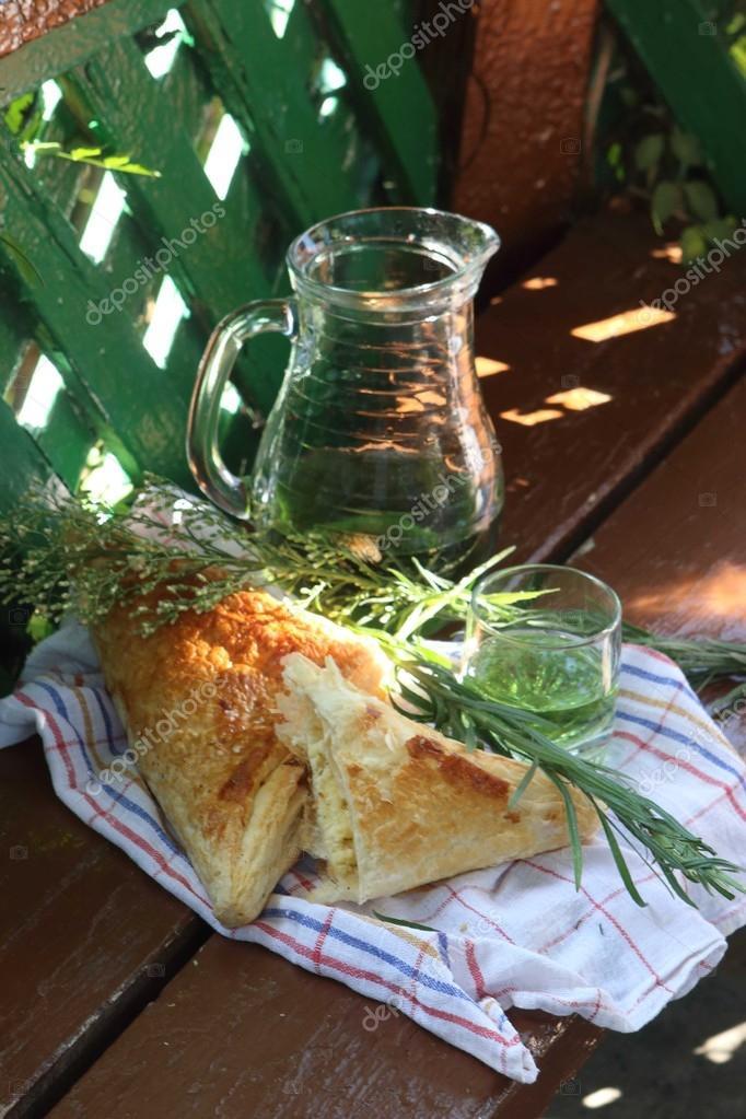 Blatterteig Torte Mit Kase Und Einem Getrank Tarhun Stockfoto