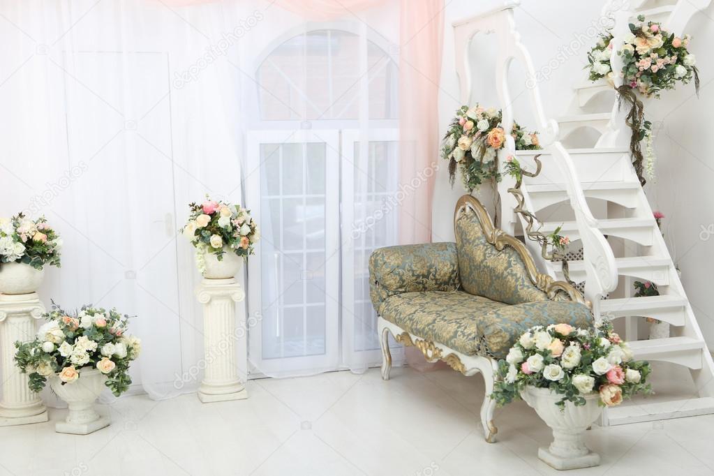 Mooie Witte Slaapbank.Prachtige Bloemen In De Vazen Op Witte Trap En Slaapbank