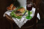 Vörös bor és az csirke filé töltött gomba