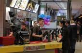 Lidé kupovat jídlo v restauraci McDonald s
