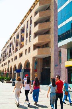 Şehir merkezinde güzel bir bina. Güneş ışığı.