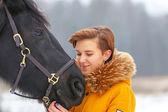 schöne junge Mädchen mit einem Pferd.