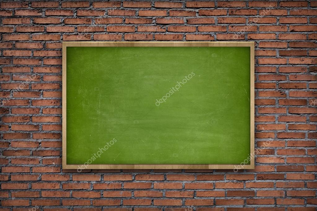 Verde pizarra en blanco con marco de madera sobre fondo de pared de ...