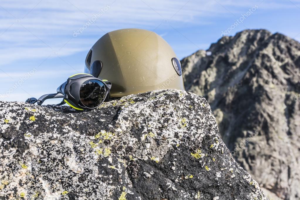 A gránit szikla egy hegy tetején található sisak hegymászó és gleccser  szemüveg — Fotó szerzőtől gubernat 773252fc72