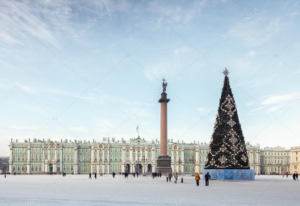 Place du palais avec le sapin de Noël à Saint-Pétersbourg, Russie ...