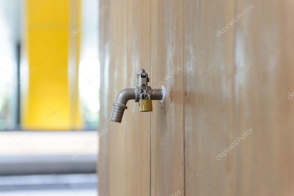 Kraan Uit Wand : Kraan die ging uit van de houten wand u stockfoto bigy