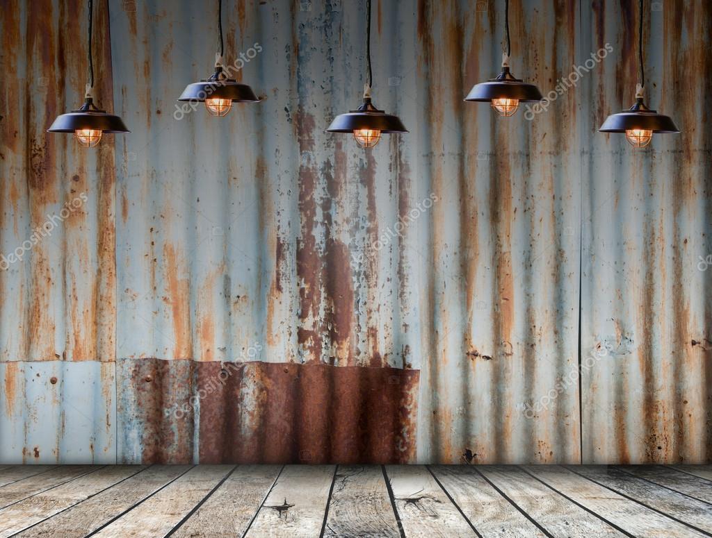 램프 Rusted에서 아연 철판 나무 바닥 — 스톡 사진 © bigy00 #57959939