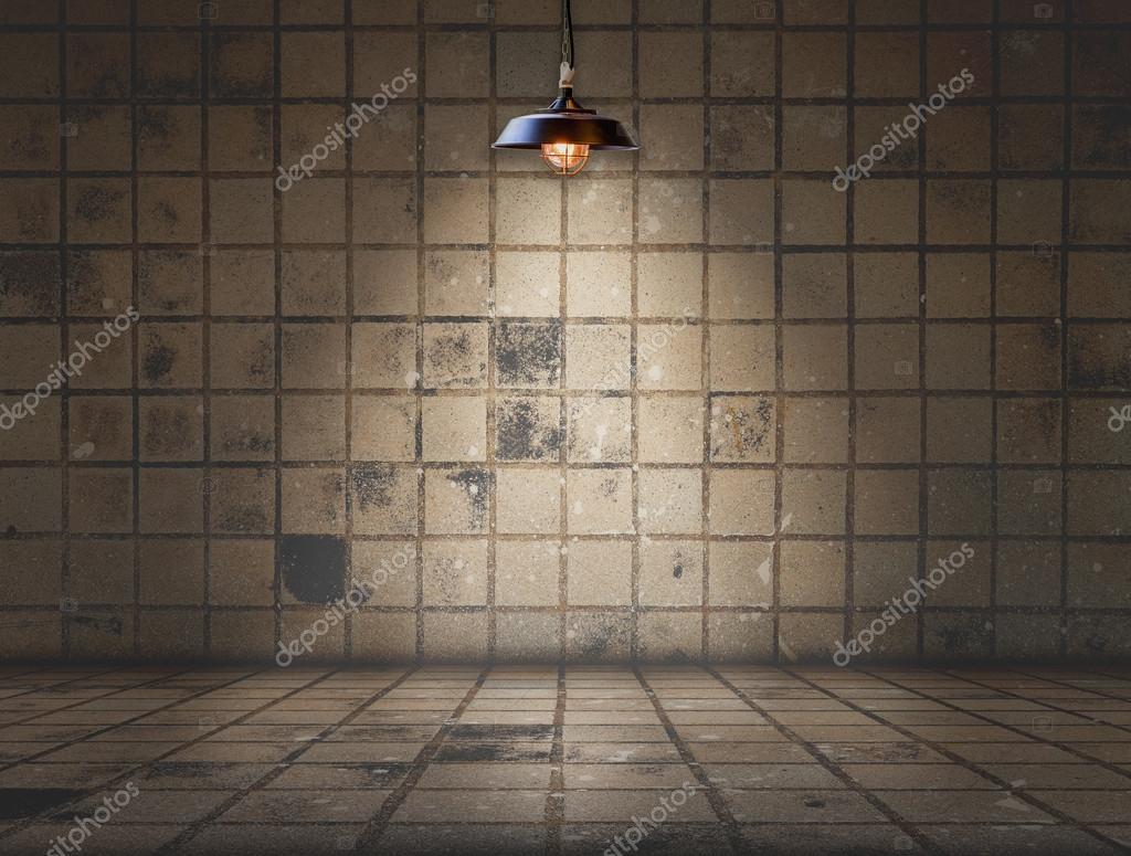 Lampada da soffitto in camera sporca piastrella u foto stock