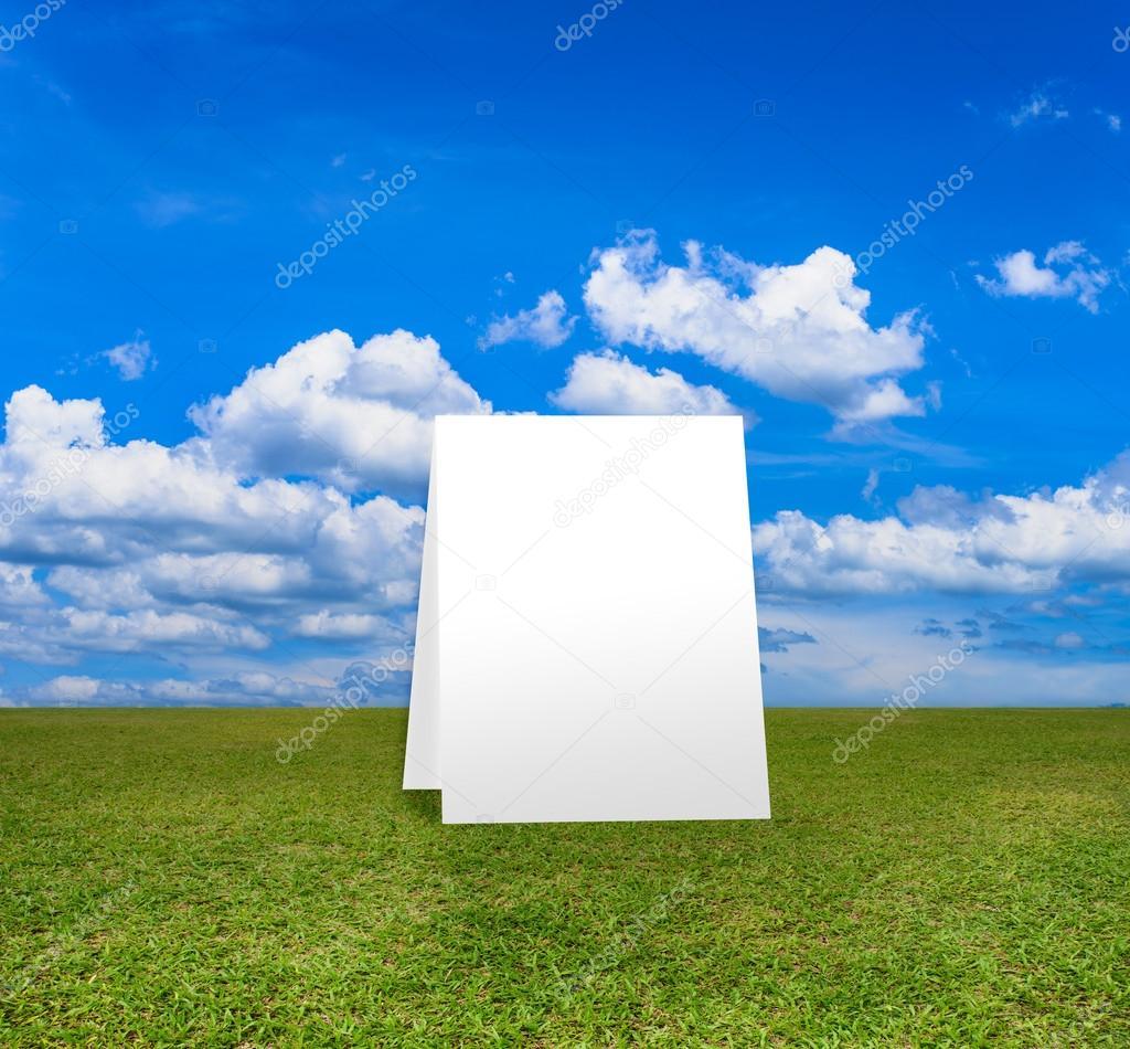 In piedi di poster sul campo verde sotto il cielo di for Piani di fattoria di 2000 piedi quadrati