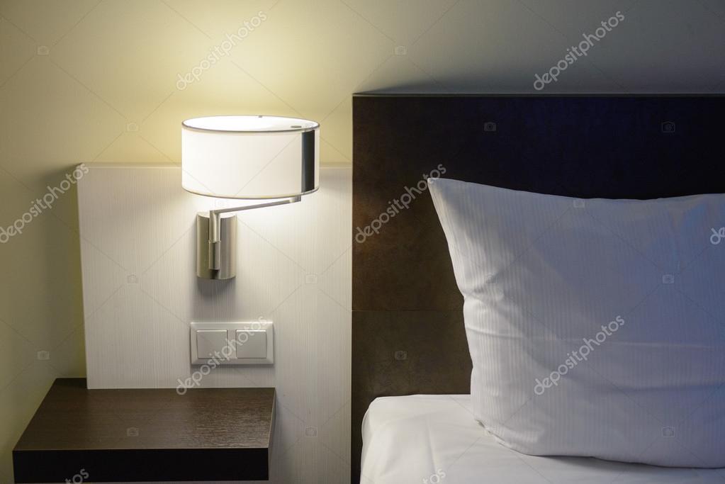Muur lamp in moderne slaapkamer — Stockfoto © bigy00 #70126017