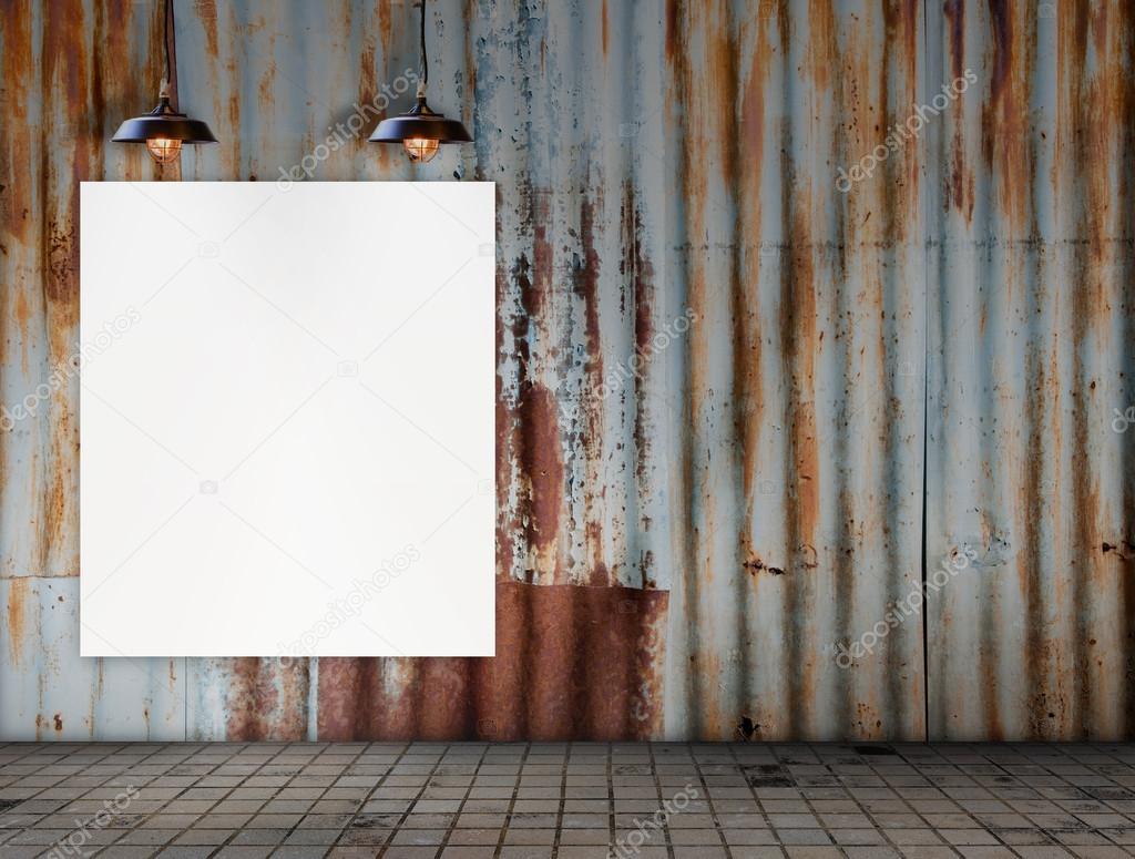 Marco en blanco con lámpara de techo en la sala de azulejos sucios ...