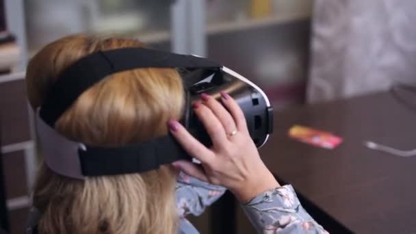 Donna che indossa la cuffia di realtà virtuale 3d