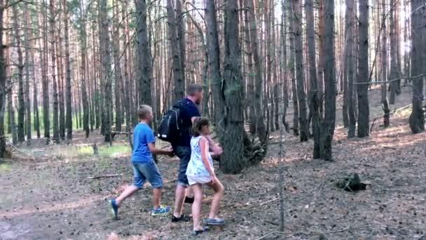 Otec se synem a dcerou procházky v lese