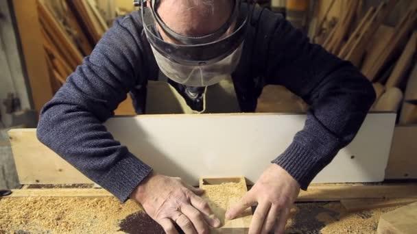 Ten pracuje na stroji s dřevem