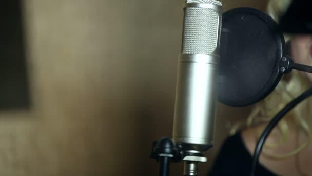 a lány énekel a stúdióban