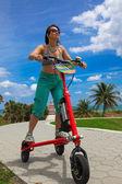 Fotografie Frau auf einem Elektro-Dreirad in Miami