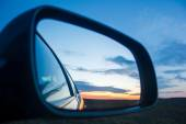 Fotografie Blaue Landschaft Sonnenuntergang widerspiegeln im Spiegel der Auto