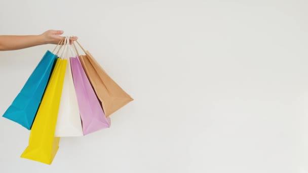Nők kéz kezében egy divatos bevásárló táska és egy szépség