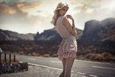 Porträt der zarten blond Dame in den exotischen Ort