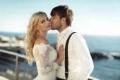 Fényképek Csók a felesége fiatal vőlegény jóképű