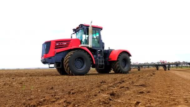 Traktory, příprava půdy k setí 4k, podstavec