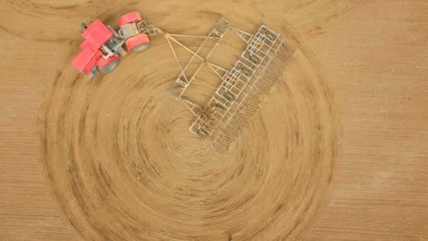 Zemědělec v traktoru, příprava půdy k setí, zemědělské práce orat půdu na silný traktor. Letecký snímek, pole kukuřice
