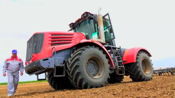 ülj a traktorok a mező