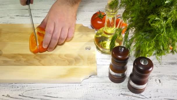 krájení sladké červené papriky na dřevěné prkénko, 4k