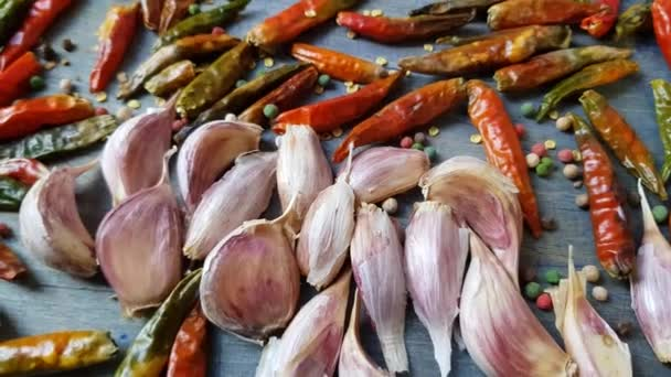 Červené chilli a česnek aromatické sušené koření na vinobraní deska textury
