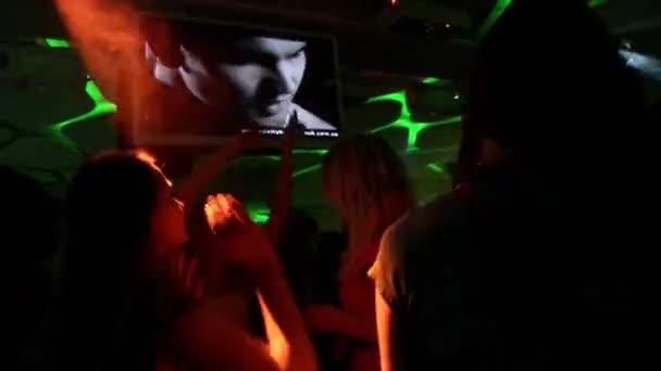 Night disco klub s baterkami. Mladí lidé tančí