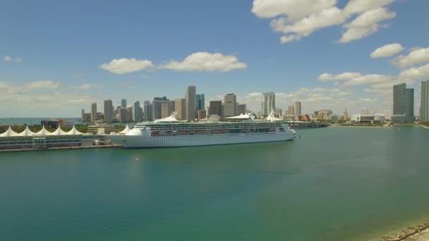 Antenna, 4k. Tengerjáró hajó, a port of Miami és felhőkarcolók mögött. Florida, Amerikai Egyesült Államok