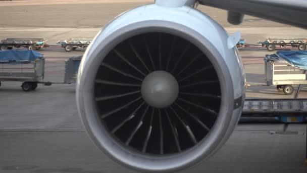 Letadlo turbína. Rotující nože se pohybují