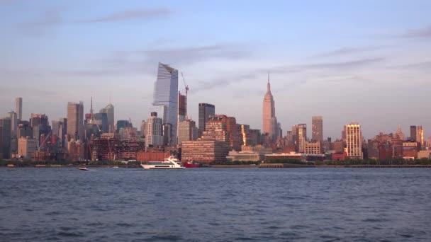 Luxusní jachty a plachetnice na řece Hudson. Panorama New Yorku v noci