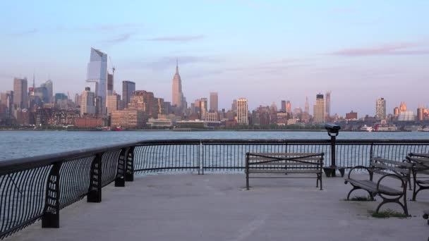 Žena, běhání na molu před horní Manhattan