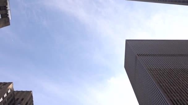 Felhőkarcolók között halad. Nagyon sima mozgás