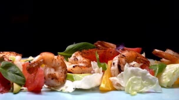 Lassú mozgás. Saláta grillezett garnélarákkal, avokádóval, gyümölcsökkel, zöldségekkel és egyéb zöldségekkel